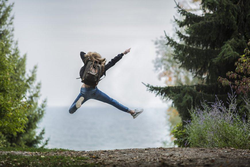 ragazza salta di gioia