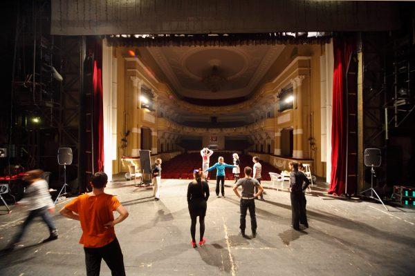 artisti sul palco teatrale