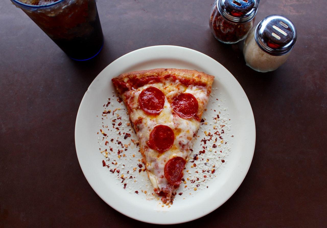 piatto con trancio di pizza