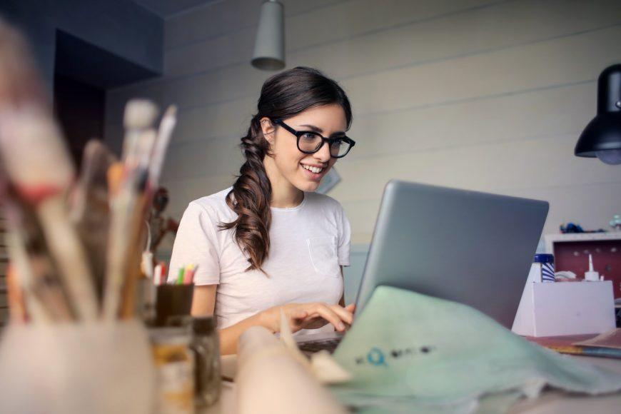 giovane donna lavora al computer