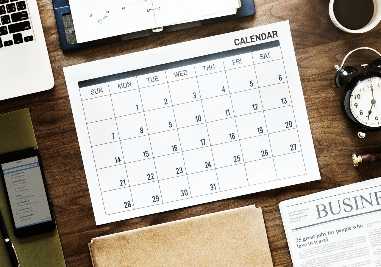 scrivania con calendario eventi
