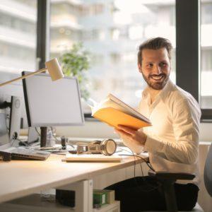 Uomo in ufficio